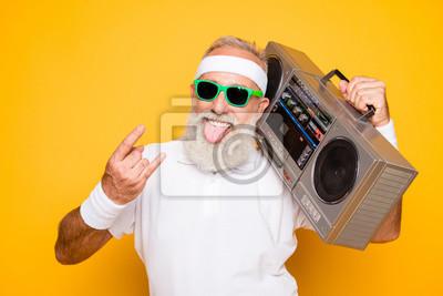 Obraz Rozochocona z podnieceniem starzejąca się śmieszna aktywna seksowna atleta chłodno emeryta dziadunia w eyewear z basowym ścinku getta niszczycielskim pisakiem. Old school, łup, klejenie języka, oszuki