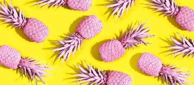 Obraz Różowe malowane ananasy na żywym żółtym tle