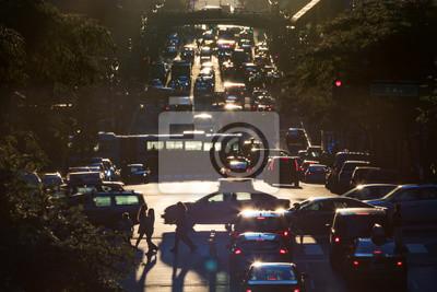 Ruch na 42nd Street przez Midtown Manhattan w godzinach szczytu w Nowym Jorku