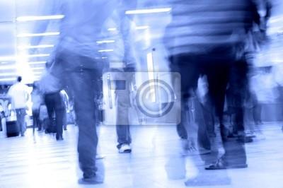 ruch niewyraźne ludzi spaceru w metrze