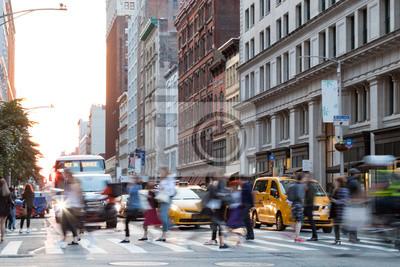 Ruchliwie ludzie w ruchu przez skrzyżowanie na Broadwayu w Manhattan Miasto Nowy Jork