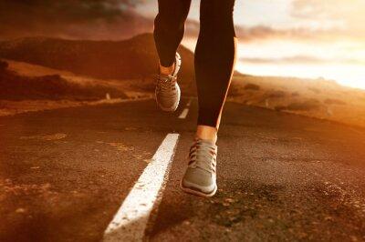 Obraz Runner na wiejskiej drodze