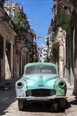 Obraz Rusty i złamane stary samochód porzucony w Hawanie