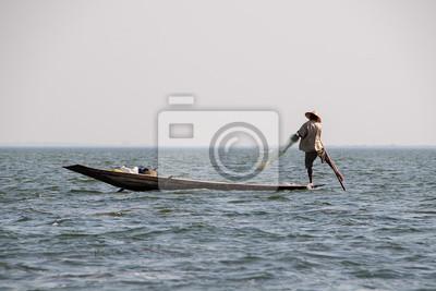 Rybak z jeziora Inle w Birmie