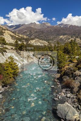 Rzeka górskich w Himalajach, Annapurna Obwód szlak w Nepalu.