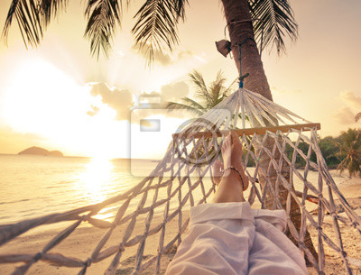 Obraz Samice nogi w hamaku na tle morza, palm i słońca. koncepcja wakacje