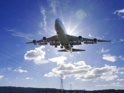Obraz Samolot startu w słońcu na lotnisku