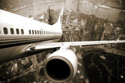 Obraz samolot startu z miasta nocą .