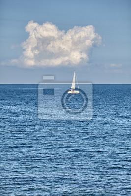 Samotny jacht na horyzoncie.