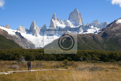 samotny turysta na TLE argentyńskiego szczytu Fitz Roy