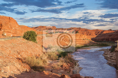 San Juan Rzeka biegnie przez miasta Mexican Hat, Utah, USA