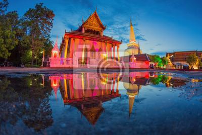 Scena nocy w świątyni Wat Mahathat, południowej Tajlandii