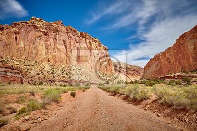 Sceniczna droga gruntowa w Capitol rafy parku narodowym, Utah, usa.