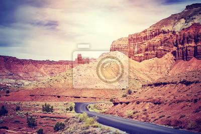 Sceniczna droga w Capitol rafy parku narodowym, kolor tonował obrazek, Utah, usa.