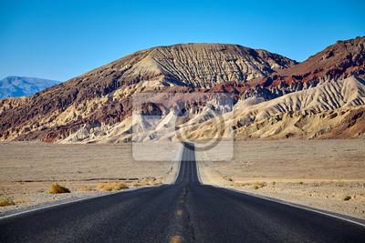 Sceniczna droga w Śmiertelnym Dolinnym parku narodowym, ostrość na tle, Kalifornia, usa.