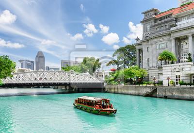 Sceniczny widok turystycznej łodzi żeglowanie wzdłuż Singapur rzeki