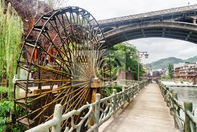 Obraz Sceniczny wodny koło i most w Phoenix Antycznym miasteczku, Chiny