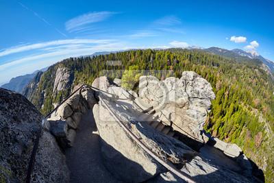 Schody do góry Moro Rock, unikatowa granitowa kopuła formacja skalna w Sequoia National Park, USA.