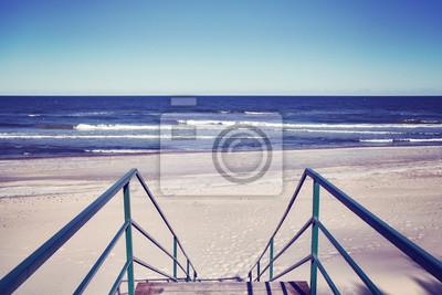 Schody prowadzące do pustej plaży, kolor stonowanych obraz.