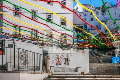 Schody San Miguel w dzielnicy Alfama, ozdobiona wieloma kolorami podczas wakacji w San Antonio. Są one obchodzone w miesiącu czerwcu w Lizbonie, stolicy Portugalii