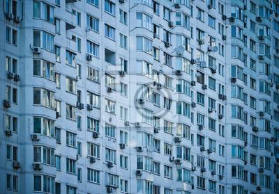 Ściana domu z wieloma oknami