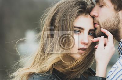 Obraz Seksowny mężczyzna i dziewczyna dotykając się wzajemnie z miłością