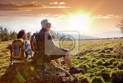 Obraz senioren beim wandern im Sonnenuntergang / 18 jesień turystyka