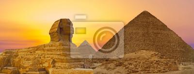 Obraz Sfinks na tle wielkich egipskich piramid. Afryka, płaskowyż Giza.