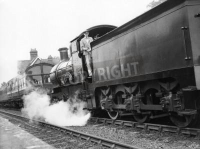 Obraz Sheffield Park, Anglia - około 1972 - A parę lokomotywa ściąga pociąg pasażerski do stacji Sheffield Park na zakonserwowane Bluebell linia kolejowa.