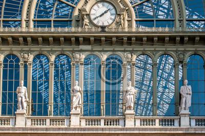 Sight dzień zegara, który jest na zewnątrz terminalu stacji kolejowej Budapeszt - Keleti, Węgry