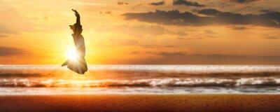 Obraz silhouette freudensprung in der abendsonne am meer