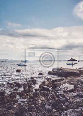 Skalista plaża przy wybrzeżem Mallorca, koloru tonowanie stosować, Hiszpania.