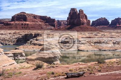 Skały i Butte w Lake Powell i Colorado River w Glen Canyon National Recreation Area