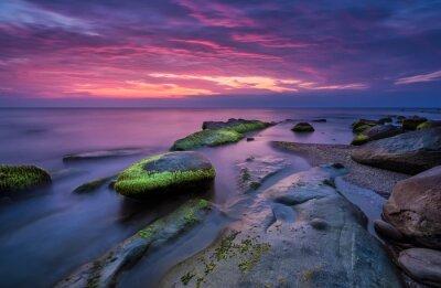 Obraz Skały morza na wschód słońca. Wspaniały wschód słońca widok w niebieskim godzinę na wybrzeżu Morza Czarnego w Bułgarii