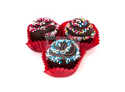 Słodki deser: ciasto czekoladowe, na białym tle