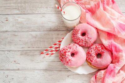Obraz słodkie pączki z truskawek i wiśni różowego pudru i mleka na drewnianym tle