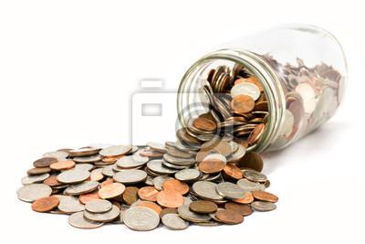 Słoik monet amerykańskich rozlany na białym tle