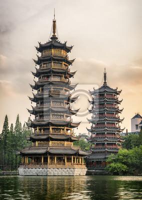 Obraz Słońce i księżyc Podwójne pagody o zachodzie słońca. Guilin, Chiny