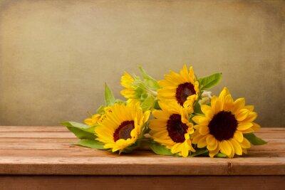 Obraz Słoneczniki na drewnianym stole na tle grunge