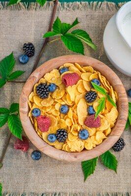 Obraz Smaczne płatki kukurydziane z mlekiem i owoców jagodowych