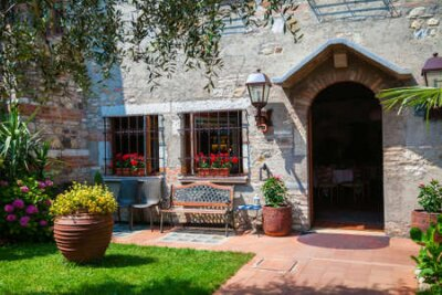 Obraz small patio and entrance to the house in Sirmione, Lake Garda, Italy