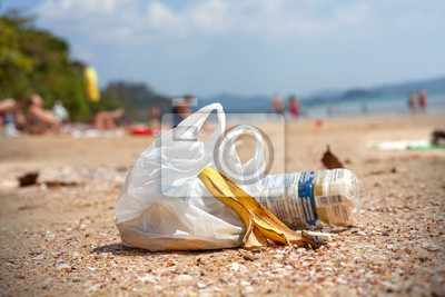 Śmieci na plaży, koncepcja obraz zanieczyszczenia środowiska.
