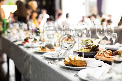 Obraz Sparkling szkło stoi na długim stole przygotowane do ślubu di