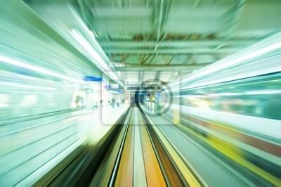 Speedy przejeżdżających pociągów stacji kolejowej. Skoncentruj się na drogach kolejowych .