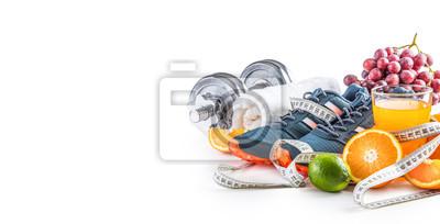 Obraz Sportów butów dumbbells świeżej owoc miara taśmy i multiwitaminowy sok odizolowywający na białym tle. Pojęcie zdrowego sportu i diety.