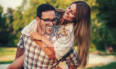 Obraz Spotkanie w parku. Romantyczna para zabawy w parku. Miłość, randki, romans