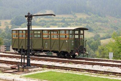 Stacja kolejowa ze starym drewnianym wozie
