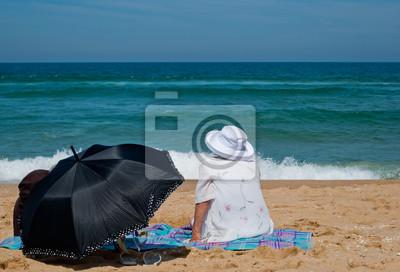 Stara kobieta, relaks na plaży