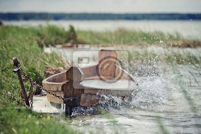 Stara łódź na brzegu jeziora