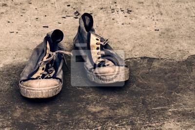 724938e01606b Obraz Stare brudne buty gimnastyczne na retro grunge tła. Stare buty  sportowe. Archiwalne sneakers